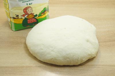 Тесто вымесить с добавление муки ТМ «Алейка», так чтобы тесто не прилипало к рукам.