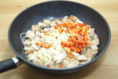 Добавить мелко нашинкованный лук и соломкой нарезанный перец. Готовить на медленном огне 12-15 минут, посолить.