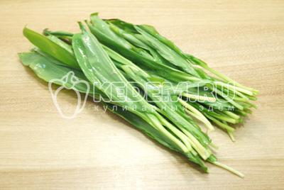 Зелень черемши или зеленого лука промыть и мелко нашинковать.