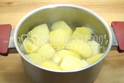 Картофель для гарнира отварить в подсоленной воде.