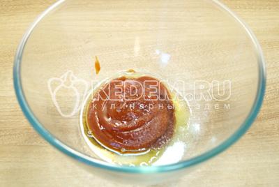 В миске смешать томатную пасту, соль, сахар и растительное масло.
