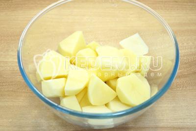 Картофель очистить и нарезать кусочками.