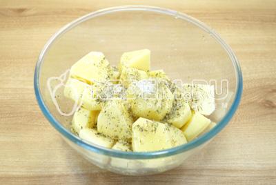 В миску с картофелем добавить специи, соль и растительное масло.