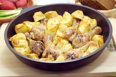 Куриные голени с картошкой в духовке готовы. Можно подавать к столу.