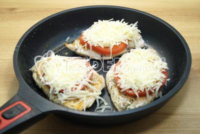 Смазать майонезом и посыпать тертым сыром.