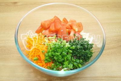 Добавить нарезанный помидор и мелко нашинкованную зелень.