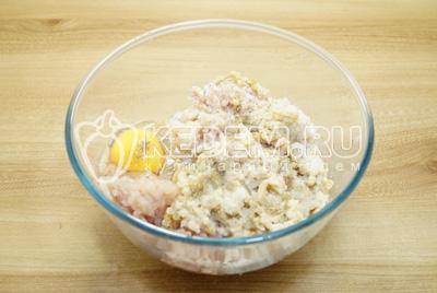 В фарш добавить яйцо, соль и перец по вкусу.