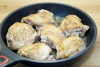 Обжарить на растительным масле по 5-6 минут с двух сторон. На сковороде со съемной ручкой в которой можно готовить в духовке.