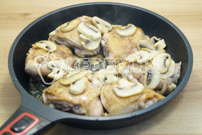 Добавить курицу к грибам.
