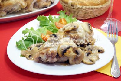 Куриные бедра в духовке с грибами