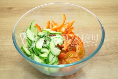 Нарезать овощи в миску.