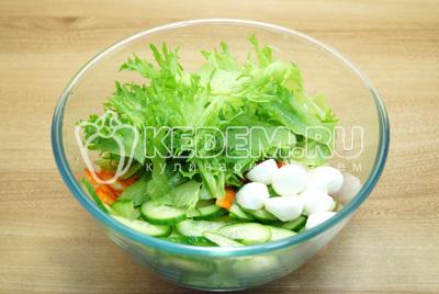 Добавить сыр и листья салата.