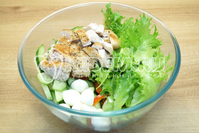 Нарезать филе ломтиками и добавить в салат. Перемешать.