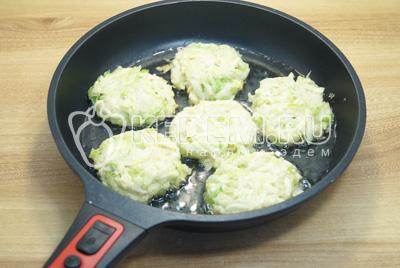 Мокрыми руками сформировать котлетки и выложить на разогретую сковороду с растительным маслом.