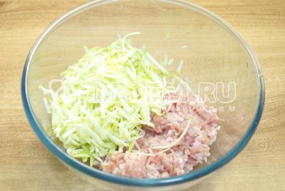 В миске смешать куриный фарш, мелко нашинкованный лук и тертый кабачок.