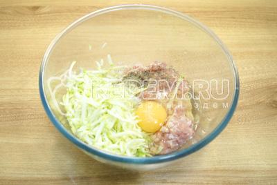 Добавить яйцо, соль и перец по вкусу.