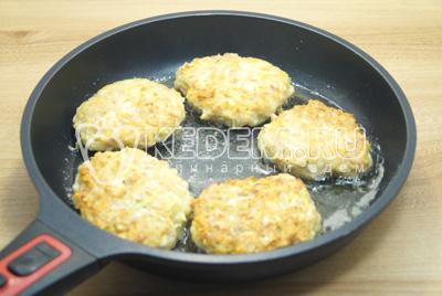 Сформировать небольшие котлеты и обжарить по 5 минут с каждой стороны на сковороде с растительным маслом.