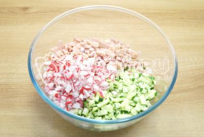 Добавить кубиками нарезанные огурцы, редис и колбасу.