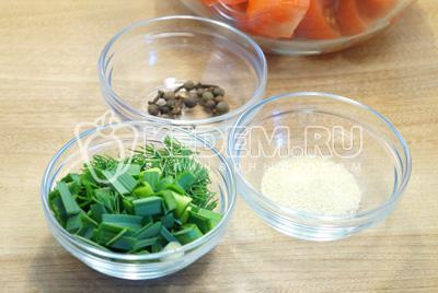 Добавить мелко нашинкованную зелень, сухой чеснок и специи.