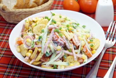 Салат с ветчиной и сухариками «Пикник»