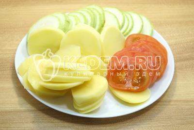 Нарезать овощи кружочками.