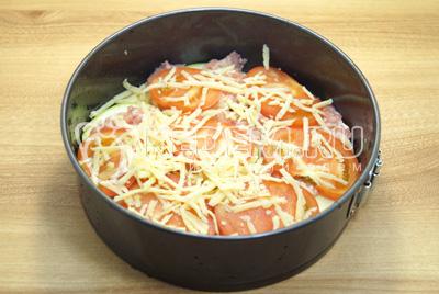 Слой помидор и присыпать немного тертым сыром.