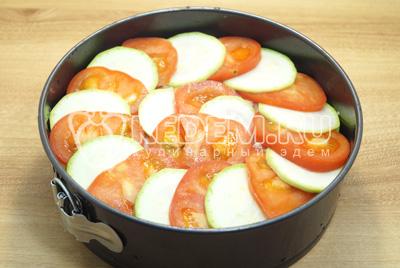 Повторить слой, сверху выложить помидоры и кабачки.