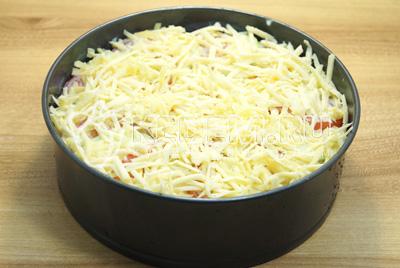 Посыпать тертым сыром и запекать в духовке при 180 градусах С 30 минут.
