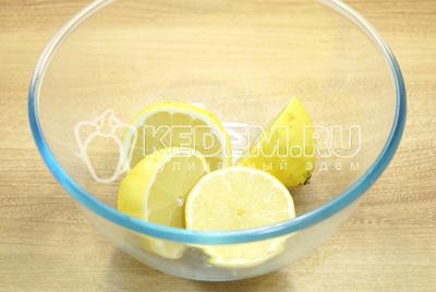 Лимоны хорошо вымыть и разрезать на части.