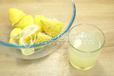 Выдавить сок из лимонов в стакан.