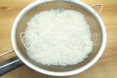 Рис отварить до полу готовности и промыть.
