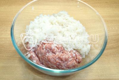 В миске смешать фарш с рисом и мелко нашинкованным луком.