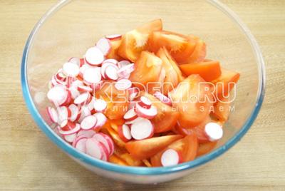 Добавить нарезанные помидоры и редис.