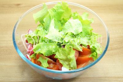 Добавить листья салата, соль и заправить растительным маслом.