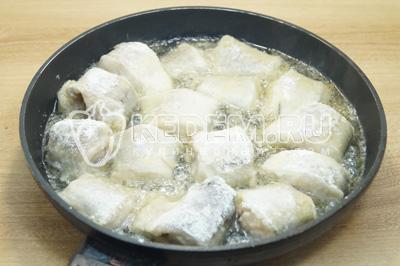 Жарить на сковороде с растительным маслом, по 3-4 минуты с каждой стороны до золотистой корочки.