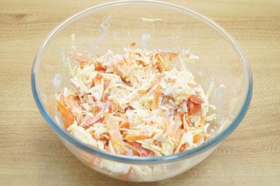 Перемешать салат и посолить по вкусу.