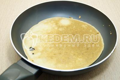 На разогретой сковороде жарить с двух сторон тонкие блинчики.
