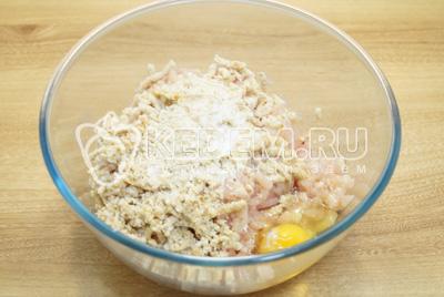 Перекрутить через мясорубку филе с луком и батоном. Добавить яйцо и соль.