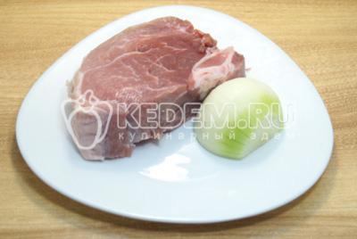 Мясо нарезать кусочками, лук очистить.