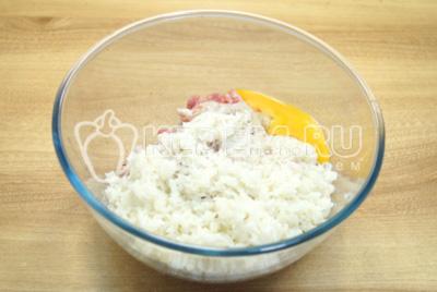 Добавить в миску рис, яйцо и 1/2 ч. ложки соли.