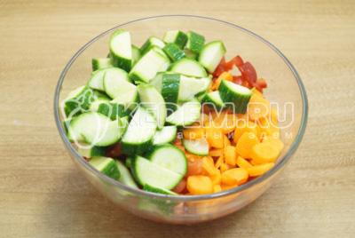 Добавить кубиками нарезанный кабачок и измельченную морковь.