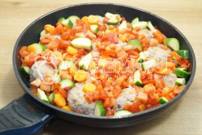 Овощи перемешать и добавить в сковороду. Посолить.
