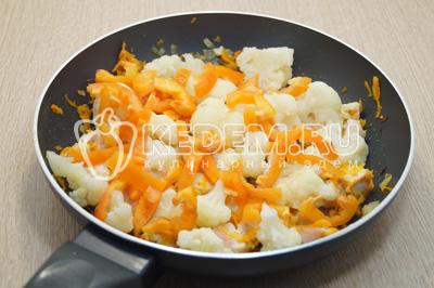 Добавить маленькие соцветия цветной капусты и ломтиками нарезанный болгарский перец.