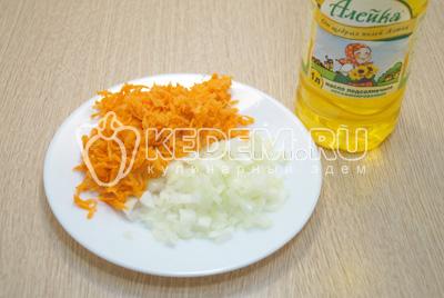 Лук и морковь очистить, лук мелко нашинковать а морковь натереть на терке.