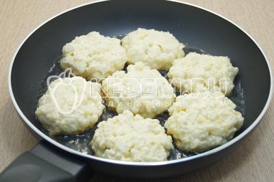 Сформировать котлетки и выложить на сковороду с разогретым растительным маслом.