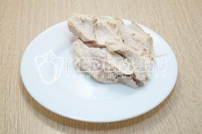 Куриное филе отварить до готовности и остудить.