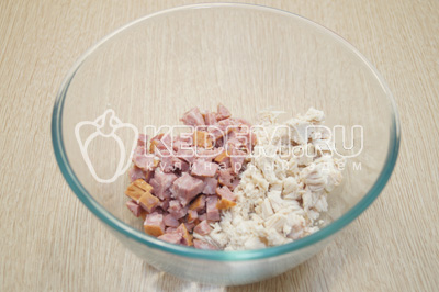 Нарезать в миску куриное филе и полукопченую колбасу.