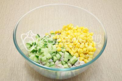 Добавить кубиками нарезанный огурец и кукурузу.