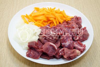 Мясо нарезать небольшими кусочками, лук мелко нашинковать, морковь нарезать соломкой.