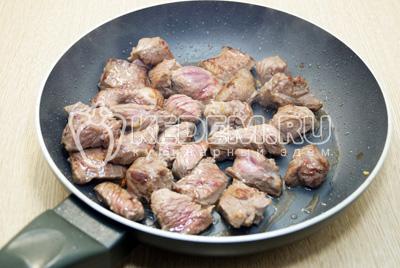Говядину обжарить на сковороде с растительным маслом, помешивая 10-15 минут.